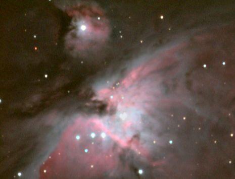 M43 - De De Mairans nevel (M43) is een emissienevel in het sterrenbeeld Orion. Hij maakt eigenlijk deel uit van de Orionnevel (M42) en wordt hiervan gescheiden door een donkere band van interstellair stof.