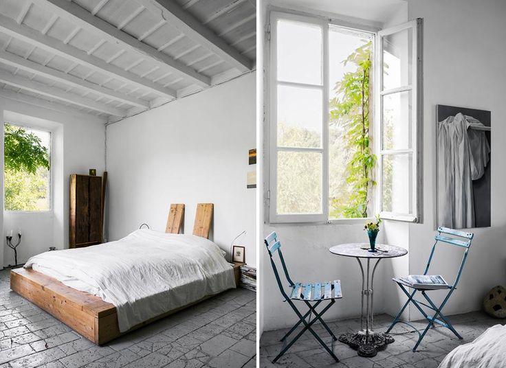 STILE RAW Pezzi unici e fatti a mano anche nelle altre stanze. In camera, il letto è un semplice materasso matrimoniale appoggiato su una struttura di assi di legno massello. Quasi rasoterra, come un futon giapponese.