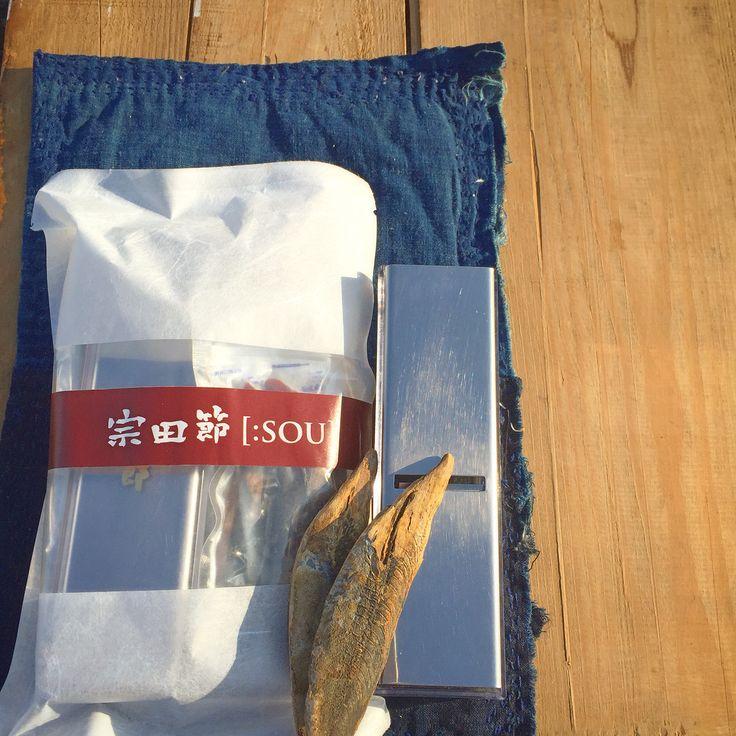 宗田節【:SOU】 宗田節と削り器のセット 高知県土佐清水市は 日本での宗田節生産シェア7割 新鮮な土佐清水沖で水揚げされた原魚を地元の薪(ボサ)で燻し、昔ながらの製法で全て手作業。添加物は一切使用せず製造しています。 その中でも一番手(最高品質)のみをセットにしています。 原魚のめじか(ソウダガツオ)は血合いが多く普通のカツオより小さい。 血合いの多さが、ウマミの元になり、少量でダシがしっかりととれます。 宗田節の削りたて、最高の瞬間を楽しんでください。