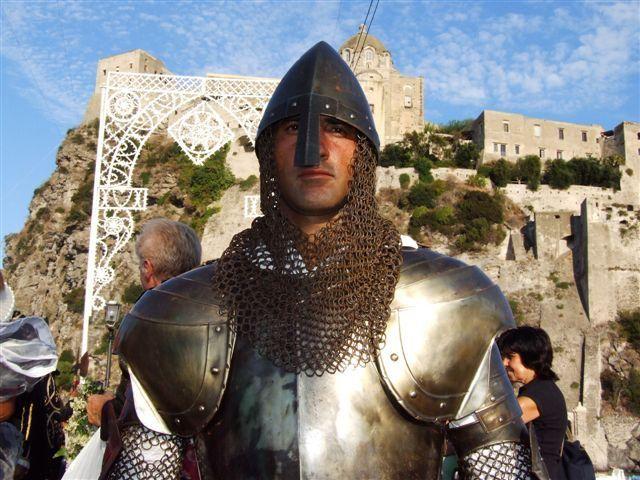 A #Ischia ogni anno vi è una sfilata con costumi storici perfettamente riprodotti, che parte dal castello aragonese