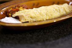 De Mexicaanse keuken is wereldwijd populair. Daarom serveert Jeroen vandaag eerlijke fastfood met een sombrero erop. Enchilada's zijn dichtgevouwen of opgerolde zachte tortilla's met een rijkelijke vulling. En ja, er mag al eens een blik open getrokken worden. Een koude saus met frisse zure room, limoen en koriander drijft het genot nog lichtjes op. Àndale, àndale!
