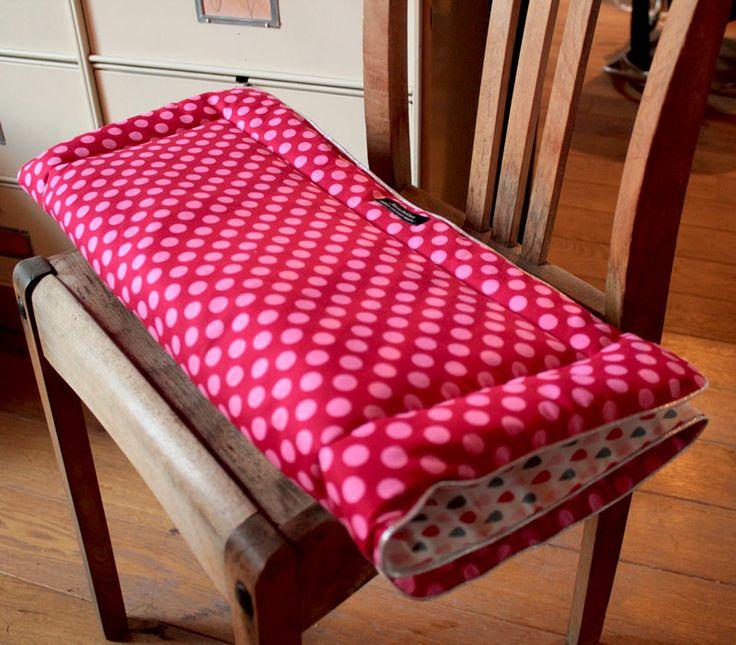 Le Plaid PoisPluie est chic et doux. C'est un super cadeau de naissance, il enveloppe votre bébé dans sa poussette ou lui sert de tapis de sieste et de jeu. Pratique et léger à transporter.  // coté Pluie : Natté de coton tissé certifié OEKO-TEX LINNA MORATA gris, corail et rose claire| coté Pois : 100 % coton, rouge à pois fushia | passepoil argenté | ouatine | 55 x 75 cm | Lavable en machine à 30°C | Repassage chaleur minimum //