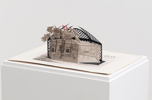 Da série Lo viejo y lo nuevo (XI), 2010 Gravura francesa do século 19 e cartolina cortada a mão 25 x 44 x 31 cm