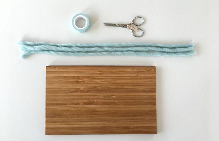 La tavoletta della treccia è un materiale Montessori dedicato ai bambini di età compresa fra i 3 e i 6 anni. Come molti materiali Montessori, questa può essere facilmente realizzata in casa. Occorrente una tavoletta di legno (il nostro è un mini-tagliere dell'Ikea) un gomitolo di lana grossa un paio di forbici del nastro adesivo …