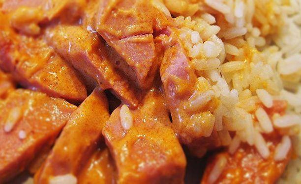 Recept på Korv Stroganoff. Enkelt och gott. Denna idag klassiskt svenska rätt är ursprungligen inspirerad av rätten Biff Stroganoff. Traditionell Korv Stroganoff består av strimlad falukorv, tomatpuré, grädde, lök & fransk senap. Denna mättande rätt ser man ofta på matbordet och serveras främst med ris.