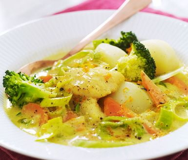 En h�rlig fiskgryta med apelsin och broccoli. Grytan blir matig av gr�dden och f�r smak av bland annat buljong, curry och apelsin. D�r mor�tter och purjol�k l�ggs vartefter och detta f�r koka tillsammans innan fisken l�ggs i mot slutet. Servera fiskgrytan med kokt potatis och broccoli.