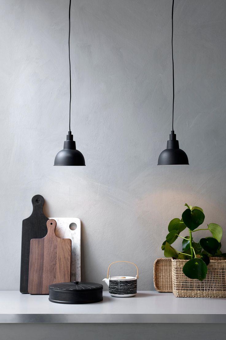 Fönsterlampa med skärm av matt målad metall med vit blank insida. Skärmens höjd ca 18 cm, diameter ca 15 cm. Sladd med strömbrytare och väggkontakt, sladdlängd 3,5 m. Svart lampa har svart sladd, grå lampa har transparent sladd. Liten sockel E14. Max 40 w. Ljuskälla ingår ej.
