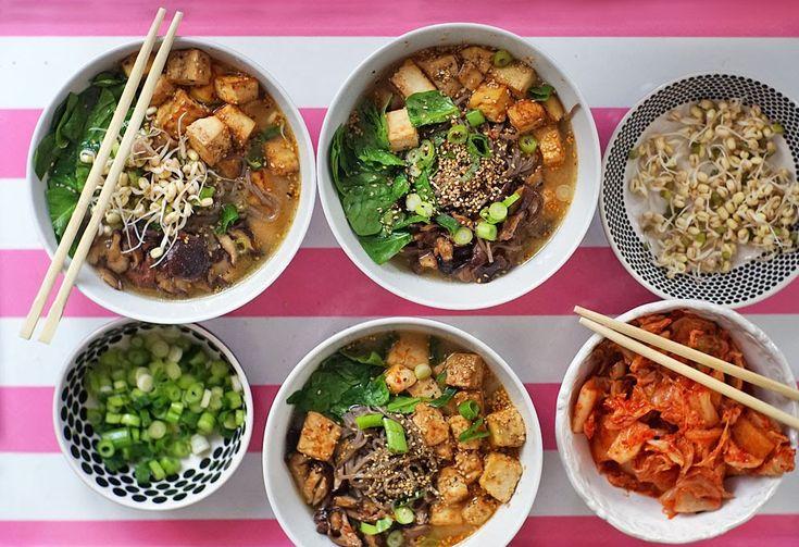 Vynikající Miso polévka s dokřupava opečeným tofu, soba nudlemi a spoustou chutných přídavků. Je to | Veganotic