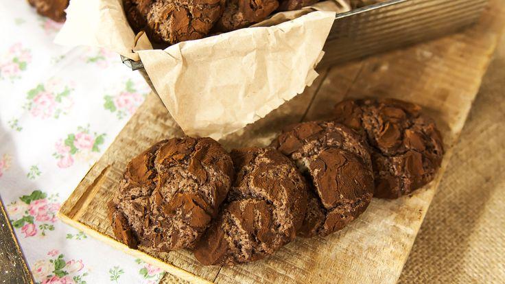 Para comenzar, ponemos el chocolate amargo en un bol y lo fundimos en el microondas. Reservamos. Después, en otro bol, mezclamos la harina, el cacao en...