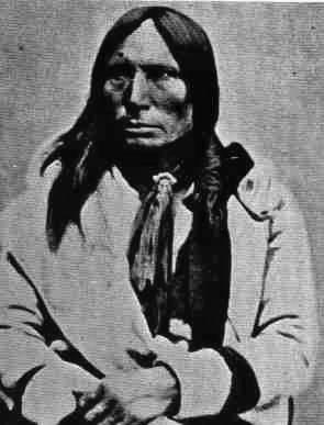 """CAVALLO PAZZO (Tashunca Uitco, 1844-1877): Sioux: insieme a Toro Seduto nella battaglia di """"Little Big Horn"""". Tra i suoi guerrieri aveva fama di essere invulnerabile. Pochi giorni prima di venire ucciso mentre camminava per la prateria vide il cadavere di un'aquila. Tornò alla sua dimora dove sedette pieno di tristezza, dicendo di aver visto il suo corpo morto. Pochi giorni dopo, recatosi a Fort Robinson per far curare la moglie ammalata, venne assalito da alcuni bianchi, arrestato a…"""