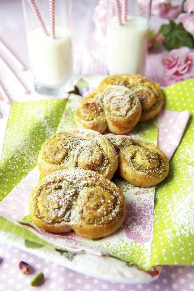 Leivo ihania pistaasipullia. Bake wonderful pistachio buns.   Unelmien Talo&Koti Kuva ja ohje: Sini Visa