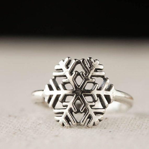 He encontrado este interesante anuncio de Etsy en https://www.etsy.com/es/listing/169174440/snowflake-ring-winter-jewelry-sterling