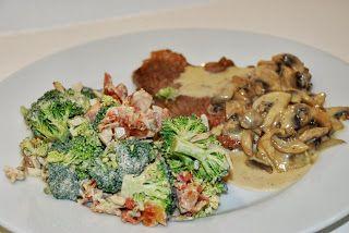 LCHF-HVERDAG: LCHF-broccolisalat serveret til oksesteaks og champignon-fløde-sauce