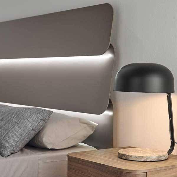 Original lámpara de mesilla Marbre. Con base de mármol y pantalla metálica. Lámpara de dormitorio. Compra online.