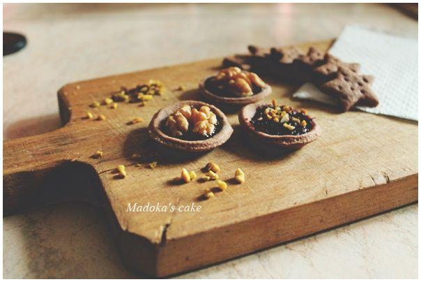 tartellette frolla al cacao con ganache e noci, marmellata di more e pistacchi