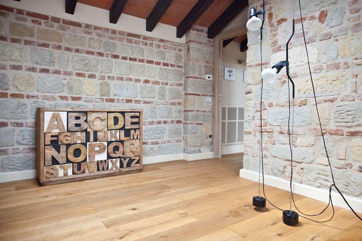 Проектное бюро Atre Studio Architetti отреставрировало историческую виллу в небольшом поселении Оццано-Монферрато, Италия. Сохранив оригинальные наружные стены из кирпича, деревянные потолочные балки и многочисленные окна разных размеров, архитекторы значительно преобразили внутреннее пространств...