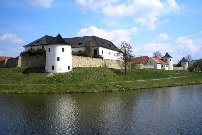 Kudy z nudy - Středověká tvrz Žumberk - historie českého venkova i svatební obřady
