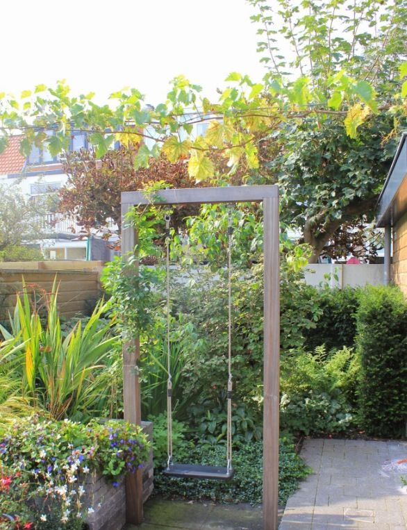 Just love unexpected fun things in unexpected places. Plan to pepper the property with such hidden treasures -- Schommel in een kleine tuin