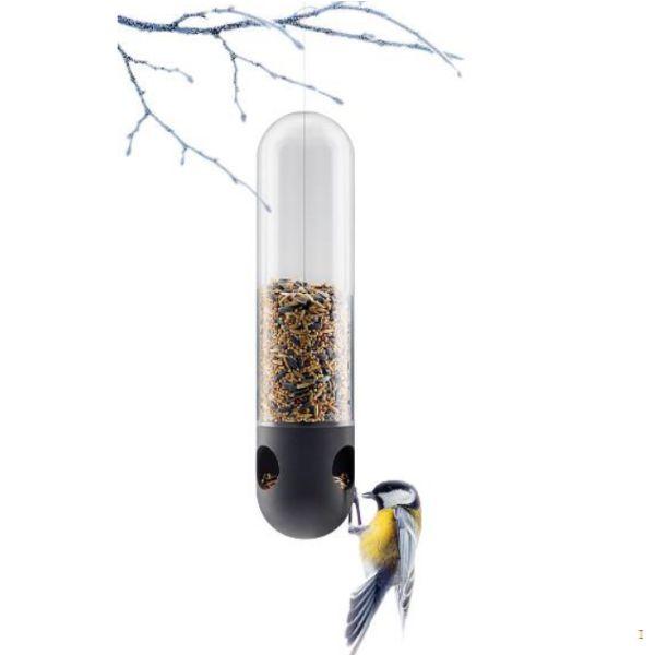 Hang deze elegante vogelvoeder in de boom. Een nieuwe innovatieve uitvoering van de traditionele birdfeeder. Kleine vogels landen soepel op de rand. - Gemakkelijk schoon te maken. - Vorstbestendig glas. - Vaatwasmachinebestendig.