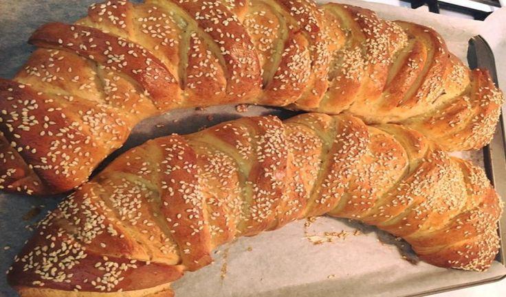 Γλυκο σοκολατένιο ψωμί εύκολη, γρήγορη, συνταγή! Δοκιμάστε τη, οι δικοί σας θα ξετρελαθουν… ΥΛΙΚΑ:(για την γέμιση) 300γρ Νucrema 1σοκολατα κουβερτούρα ΥΛΙΚΑ:(για το ζυμάρι) 900γρ αλεύρι για όλες τής χρήσεις 2φακελάκια ξερή μαγιά 5 κουταλιές τής σούπας ζάχαρη 1 κουταλάκι αλάτι 1 αυγό 1φλυτζάνι τσαγιού χλιαρό