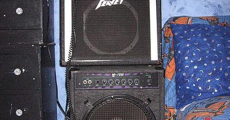 Como fazer uma caixa de som de guitarra. Há muitas razões para fazer uma caixa de som de guitarra. Alguns fazem isso porque é mais barato do que comprar uma de marca, enquanto outros assumem a tarefa como um hobby. A caixa de som é uma parte essencial de uma plataforma de guitarra elétrica: os alto-falantes são os que produzem o som da guitarra e o gabinete ajuda a manter a saída nítida ...