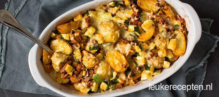 Makkelijke ovenschotel met aardappels, gehakt en verschillende groenten onder een laagje gegratineerde kaas