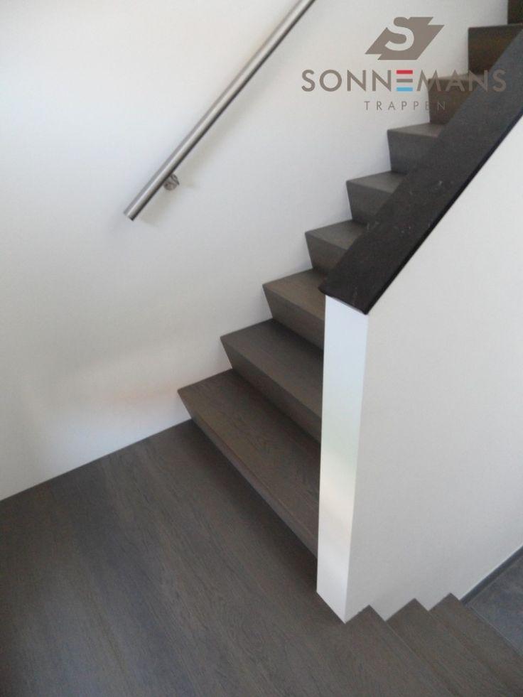 Eiken houten z-trap met een matte afwerking. In combinatie met een rvs muurleuning.