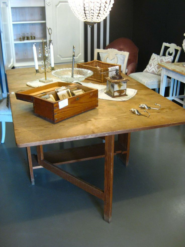 Slagbord från 1800-talet Old Swedish traditional wooden table from the 19th century