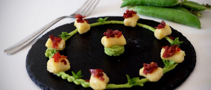 Scopri la ricetta passo passo gnocchi, crema di piselli e prosciutto croccante realizzata con gli accessori da cucina Fackelmann. Sul blog Mangiare da Dio.