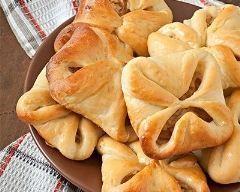 Petits feuilletés au thon et fromage frais persillé : http://www.cuisineaz.com/recettes/petits-feuilletes-au-thon-et-fromage-frais-persille-79164.aspx
