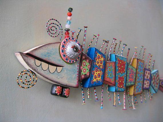 Ilustraciones originales por brezo de Kerry.    Esta caprichosa criatura marina es mano tallada en madera de salvado y trajo a la vida con objetos encontrados y pinturas acrílicas.    Tamaño, 21 largo x 6 de alto x 1,5 profundo (en el ojo)    Uno de una pieza de arte bueno, hecho a mano! Firmada y fechada en la parte posterior y listo para mostrar en tu muro.    Gracias por mirar