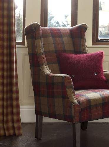 wełniane zasłony w kratę oraz fotel w kratę z tkaniny z wełny