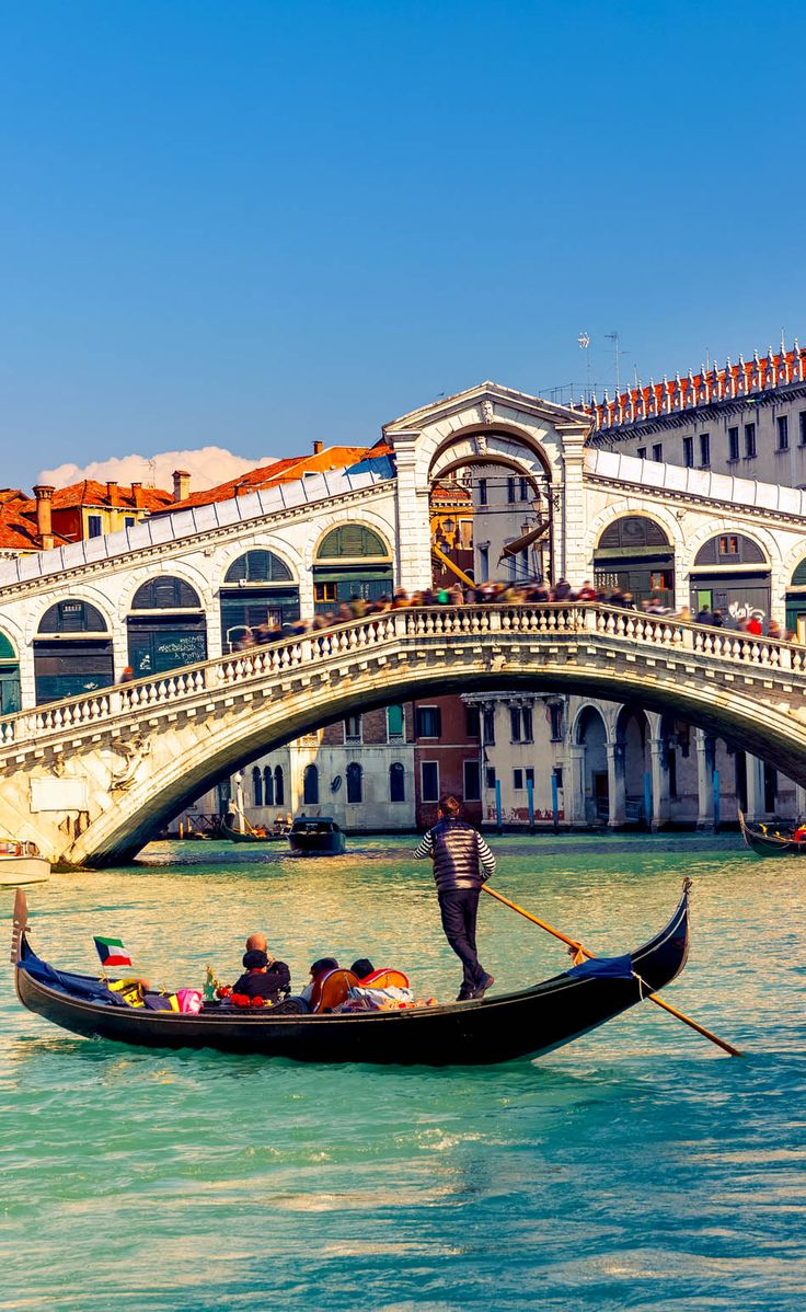 Góndola junto al Puente Rialto de #Venecia http://www.venecia.travel/lugares-para-visitar/puente-rialto/ #viajar #Italia