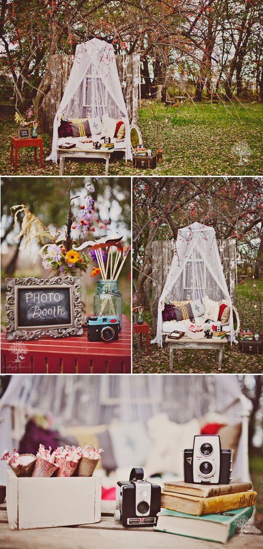 Leuk! Zo'n Photo Booth! Op je bruiloft een plekje op een leuke manier inrichten waar alle gasten op de foto kunnen.