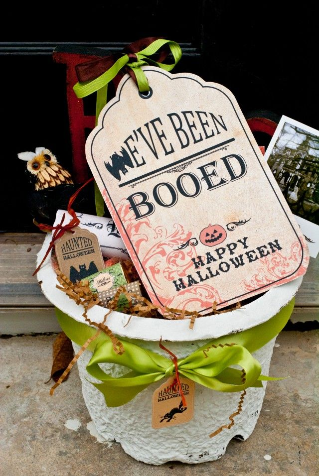 I love Booing Neighbors during October! Boo Sign in Basket - other Halloween printables on site