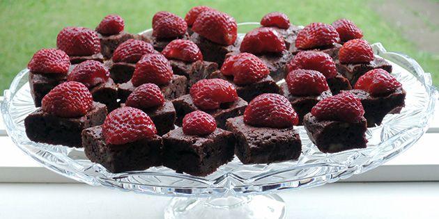 Lækre brownies med dejlige friske jordbær på, som skaber en skøn kontrast til den intense kage – både hvad angår smag, konsistens og udseende.