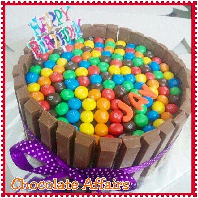Chocolate Kit Kat and M&Ms Birthday Cake!  awesome #cakestotaste from: @chocolate_affairs    mention your cakelover friend!!   via #cakeguide #cakemenu #kue #kueenak #kuelucu #kueonline #indonesiaphotographers #cake #cakes #cakeart #cakedesign