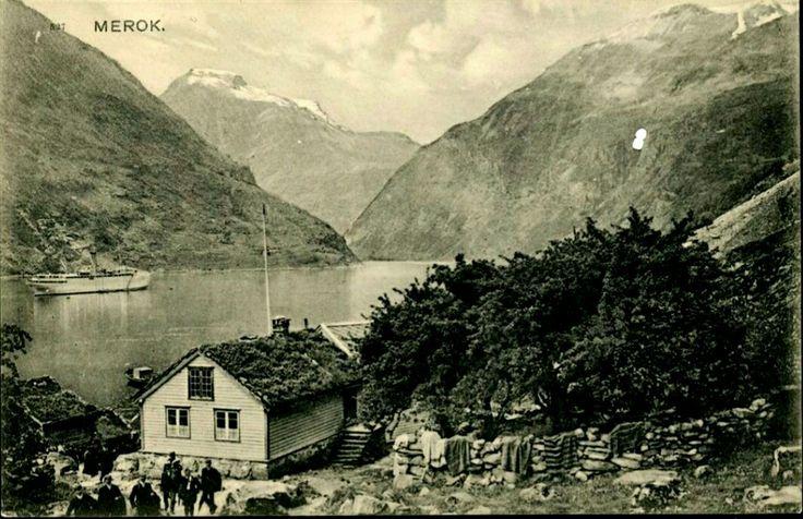 Møre og Romsdal fylke Stranda kommune Geiranger MEROK. Næroversikt, huset ved fergeleiet. En del folk har ankommet med fergen. Utgitt 1910. Utg F. Beyer