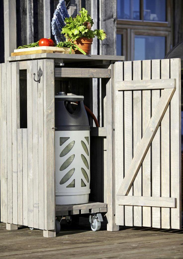 Tee ulkogrillin viereen kaappi, joka tarjoaa laskutilaa ja kätkee kaasupullon. Katso Meidän Mökin ohjeet ja nikkaroi puinen pullopiilo!
