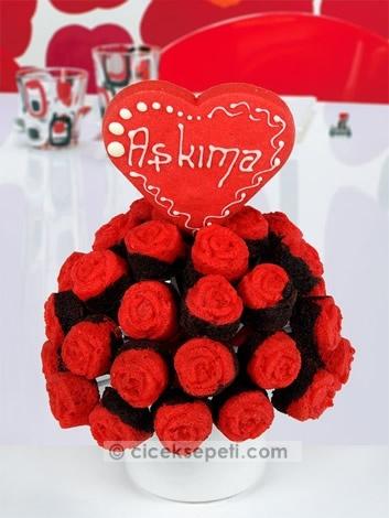 Aşkın rengi kırmızı, hem hayatınızı hem de damağınızı renklendirecek! Onun içinizi kıpır kıpır eden aşkı, sizi hayattaki en mutlu insan yapıyorsa, siz de bu büyük aşkı bu kırmızı kalpli kek buketi ile bir yandan renklendirin, bir yandan tatlandırın!   http://www.ciceksepeti.com/askima-kirmizi-kalpli-kek-buketi