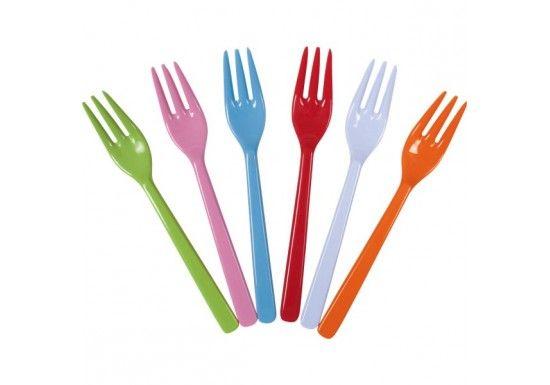 Rice est une marque danoise d'accessoires pour la maison. Elle est surtout connue pour sa vaisselle en mélamine colorée. Les créateurs espèrent ainsi apporter un peu de couleur et de fun dans une maison. Lot de 6 fourchettes en mélamine :roseclair, orange, vert,lavande,rougeet bleu.Des couverts colorés et gais, qui conviendront aussi bien aux grands qu'aux petits.