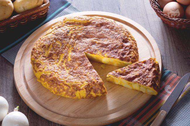La tortilla de patatas, è una frittata di patate molto speciale e alta; piatto simbolo della cucina spagnola, con patate, cipolle e uova sbattute.
