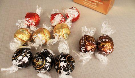Lindt LINDOR Kugeln aus Milch-, Edelbitter und weißer Schokolade mit zartschmelzenden Füllungen (44%)