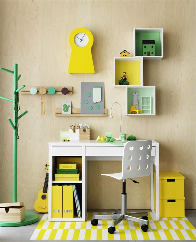 <span>Skrivplats i pigga färger. Skrivbord Micke, 699 kronor. Stol, Jules, 299 kronor. Klädhängare, IKEA PS 2014, 349 kronor. Gul klocka, IKEA PS 1995, 349 kronor. Allt från Ikea.</span>
