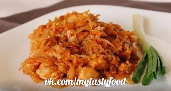 Тушёная капуста с курицей в мультиварке.<br><br>Ингредиенты:<br>• Курица (филе) – 300 г<br>• Капуста – 400 г<br>• Лук репчатый – 1 шт<br>• Морковь – 1-2 шт<br>• Томатная паста – 100 г<br>• Вода – 250 мл<br>• Соль, специи – по вкусу<br><br>Курицу промыть, нарезать небольшими кубиками.<br>Морковь н..