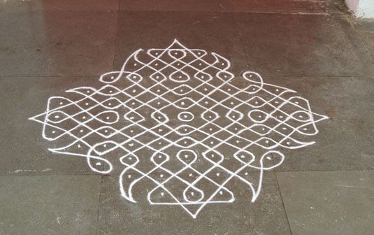 3. Tippudu Muggulu (Curved Designs):   A basic matrix of dots, equidistant from each other is created first. Then twisted chains are created around the dots in an expert fashion to create exquisite, symmetrical muggu patterns.
