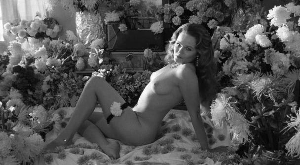 Valerie Perrine Stripteaseuse Sur Un Lit De Fleur Je Ne Sais Plus Quoi Dire Le D 233 But De