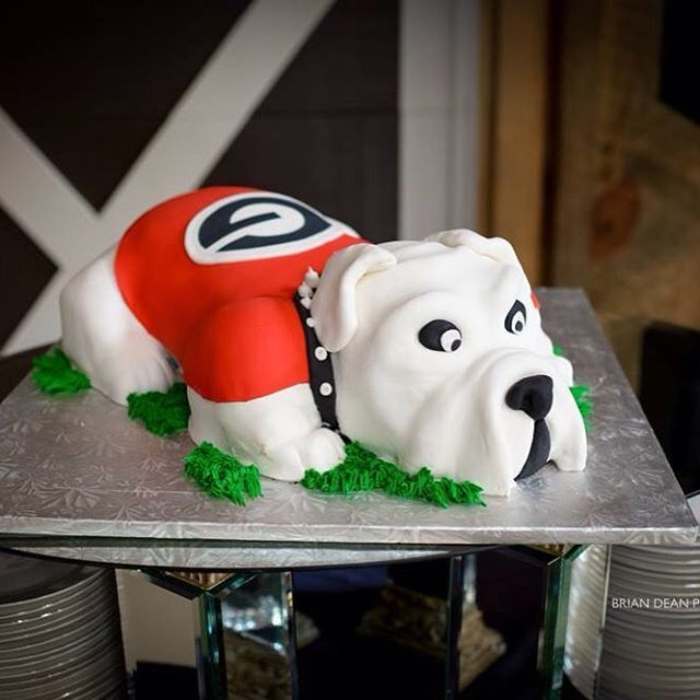 Go Bulldogs! Custom cakes at Victoria Belle Mansion #vintage #vintagewhitebarn #barnwedding #southernbride #georgiabride #outdoorwedding #reception #groomscake