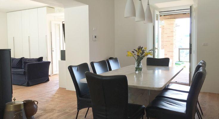 Vanuit de eetkamer is er via openslaande deuren ook direct toegang tot het overdekte terras waar zich de buiten eettafel bevindt.