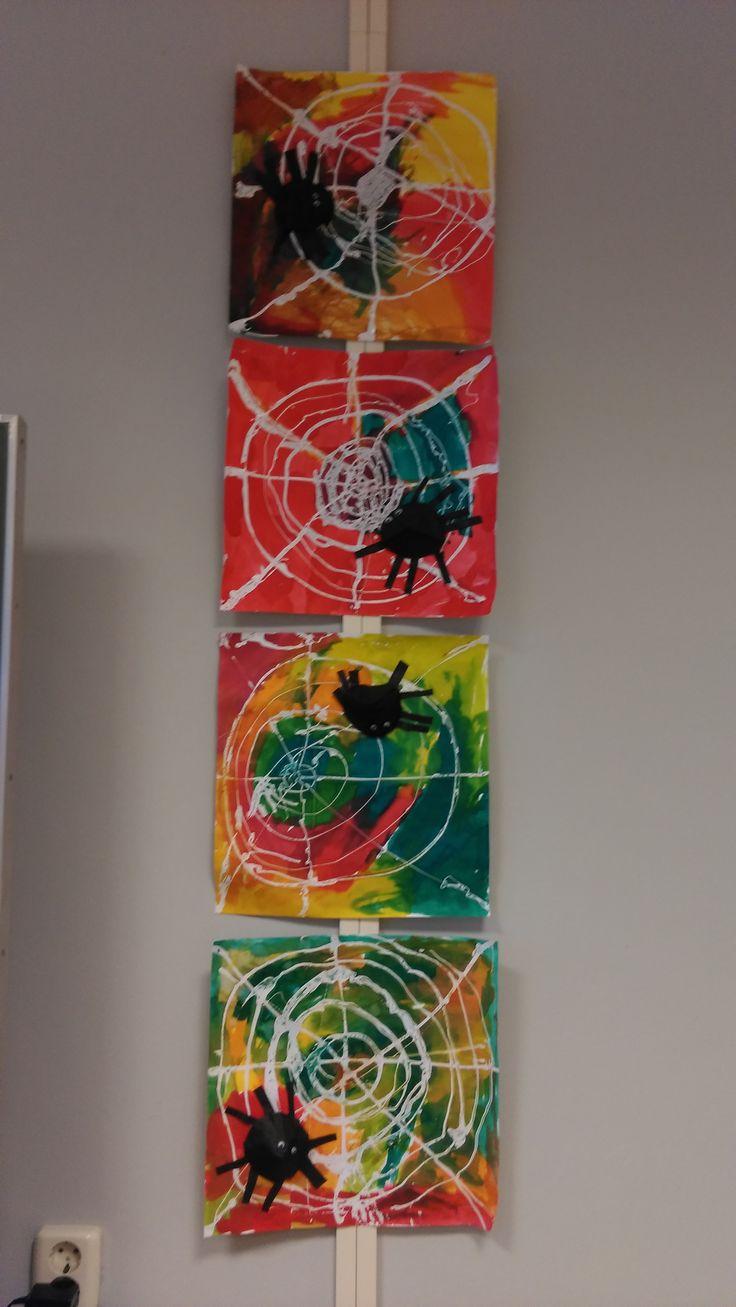 Spinnenweb met sterke lijm, daarna met ecoline erover in de herfstkleuren. Spin: hoedje maken van zwart rondje, 8 poten knippen en wiebeloogjes erop plakken.